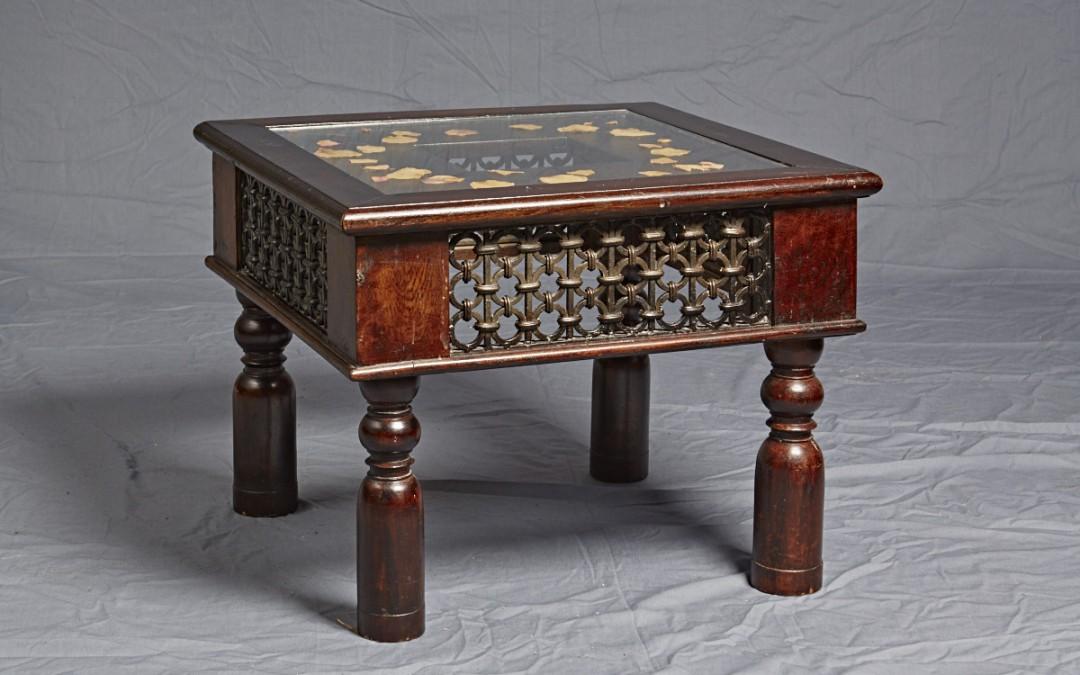 Holztisch dunkel mit Glasplatte